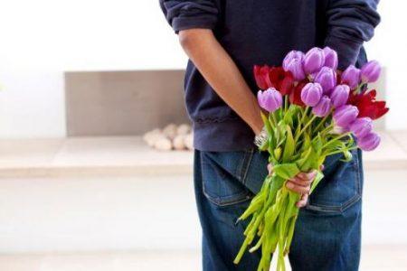 Кому и как дарит цветы